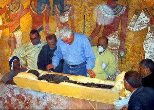 Zahi Hawass vs Toutankhamon